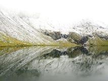Scena idilliaca di autunno nelle alpi con la riflessione del lago della montagna Fotografia Stock