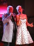 In scena, il compositore-cantautore, cantante, Maestro Alexander Morozov dalla sua moglie, Marina Parusnikova Fotografie Stock Libere da Diritti