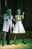 In scena, il compositore-cantautore, cantante, Maestro Alexander Morozov dalla sua moglie, Marina Parusnikova Immagini Stock