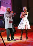 In scena, il compositore-cantautore, cantante, Maestro Alexander Morozov dalla sua moglie, Marina Parusnikova Fotografie Stock