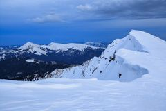 Scena incredibile con le foreste innevate, alta montagna di inverno I fiocchi di neve congelati hanno creato le forme ed i volumi Immagini Stock Libere da Diritti