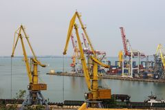 Scena industriale del porto di commercio del trasporto del contenitore al tramonto fotografia stock