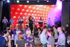 In scena, la menta verde del gruppo della schiocco-roccia dei musicisti ed il cantante Anna Malysheva Canto intestato rosso di Ja Immagini Stock