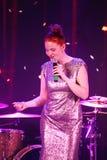 In scena, la menta verde del gruppo della schiocco-roccia dei musicisti ed il cantante Anna Malysheva Il rosso ha diretto il cant Fotografie Stock