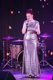 In scena, la menta verde del gruppo della schiocco-roccia dei musicisti ed il cantante Anna Malysheva Il rosso ha diretto il cant Immagine Stock Libera da Diritti
