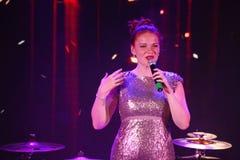 In scena, la menta verde del gruppo della schiocco-roccia dei musicisti ed il cantante Anna Malysheva Il rosso ha diretto il cant Fotografia Stock