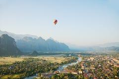 Scena latający gorące powietrze balon nad miastem Fotografia Royalty Free