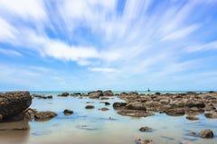 Scena lunga di esposizione di una vista sul mare con le rocce nella priorità alta a Fotografia Stock Libera da Diritti