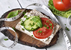 Scena mangiante o stante a dieta sana con pane croccante Fotografie Stock Libere da Diritti