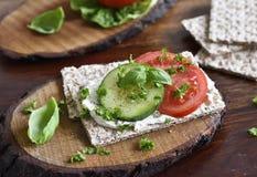 Scena mangiante o stante a dieta sana con pane croccante Immagine Stock
