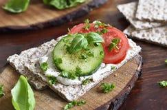 Scena mangiante o stante a dieta sana con pane croccante Fotografia Stock