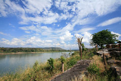 Scena naturale dell'ambiente del fiume e della montagna Fotografia Stock Libera da Diritti