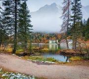 Scena nebbiosa di mattina sul lago Misurina in parco nazionale Tre Cime d Immagine Stock