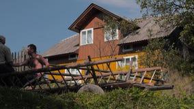 Scena non urbana Fondo rurale Casa del villaggio su fondo Estate nel villaggio Piccola impresa, affare di famiglia archivi video