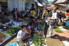 Scena occupata del mercato in Maumere Immagine Stock