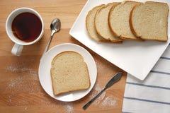 Scena od śniadaniowego stołu z podstawowym pożywieniem Zdjęcia Royalty Free