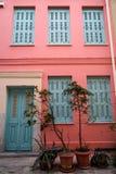 Scena pięknego miastowego budynku fasadowy tło w pastelowych menchii tynku farby ścianie, bławym hasłowym drzwi i nadokiennej żal zdjęcie royalty free