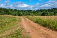 Scena piacevole di estate con la strada della pista Fotografie Stock