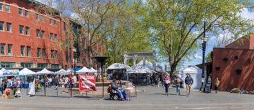 Scena Portlandzki Sobota rynek przy nabrzeże parkiem wzdłuż Willamette brzeg rzekiego w w centrum Portland obraz royalty free
