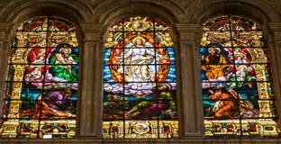 Scena religiosa dell'ascensione di Gesù sulle finestre di vetro macchiato i fotografie stock
