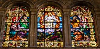 Scena religiosa dell'ascensione di Gesù sulle finestre di vetro macchiato i immagine stock