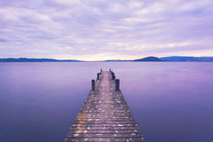 Scena romantica ad un pilastro che esamina fuori sopra il lago il Distretto di Rotorua i sunris Fotografie Stock Libere da Diritti