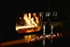 Scena romantica con i bicchieri di vino Fotografie Stock