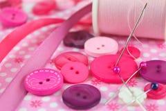 Scena rosa di cucito, elementi della merceria Fotografie Stock Libere da Diritti