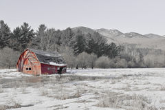 Scena rurale con il vecchio granaio e campo nelle montagne immagini stock