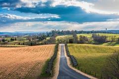 Scena rurale con la strada pavimentata Fotografie Stock