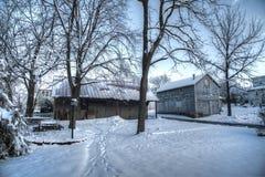 Scena rurale della neve dell'America con i vecchi granai Immagini Stock