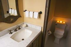 Stanza da bagno rustica immagine stock immagine di stanza for Illuminazione rustica della cabina