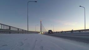 Scena scandinava di inverno: Ponte sopra il fiume di Kemijoki, 4K al rallentatore video d archivio