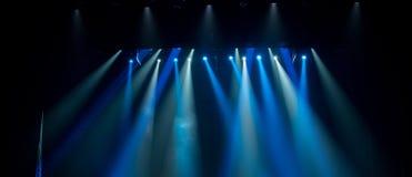 Scena, sceny światło z barwionymi światłami reflektorów obrazy royalty free