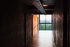 Scena scura di grande finestra luminosa all'estremità del passaggio pedonale Fotografia Stock Libera da Diritti
