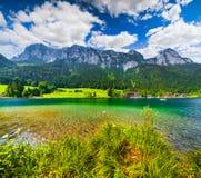 Scena soleggiata di estate sul lago Hintersee in alpi austriache Fotografia Stock Libera da Diritti