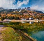 Scena soleggiata di mattina sul lago Misurina in parco nazionale Tre Cime d Fotografie Stock