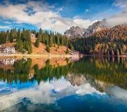 Scena soleggiata di mattina sul lago Misurina in parco nazionale Tre Cime d Fotografia Stock Libera da Diritti