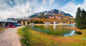 Scena soleggiata di mattina sul lago Misurina in parco nazionale Tre Cime d Immagini Stock