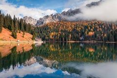 Scena soleggiata di mattina sul lago Misurina in parco nazionale Tre Cime d Fotografia Stock