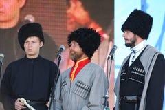 In scena sono i cantanti, gli attori, membri del coro, del corpo de chorus e delle soliste dell'insieme del cosacco Fotografia Stock