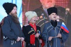 In scena sono i cantanti, gli attori, membri del coro, del corpo de chorus e delle soliste dell'insieme del cosacco Fotografie Stock Libere da Diritti