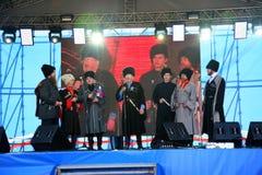 In scena sono i cantanti, gli attori, membri del coro, del corpo de chorus e delle soliste dell'insieme del cosacco Immagine Stock Libera da Diritti