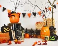 Scena spaventosa del fondo di Halloween dello studio su bianco Fotografie Stock