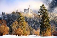 Scena splendida del castello reale il Neuschwanstein e della zona circostante in Baviera, Germania Deutschland Fotografia Stock