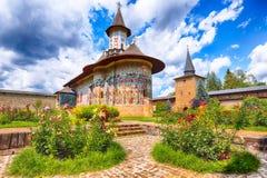 Scena splendida di estate del monastero ortodosso rumeno del monastero di Sucevita fotografia stock