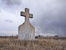 Scena strana e lugubre del cimitero immagine stock