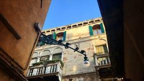 Scena tipica di Venezia, Italia, con le vecchi case e piccioni Immagine Stock Libera da Diritti