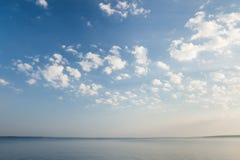 Scena tranquilla del lago ad alba Immagine Stock