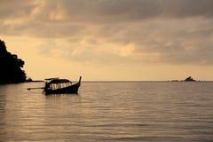 Scena tranquilla della barca long-tailed sul mare all'alba Fotografia Stock Libera da Diritti